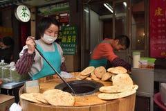 Det kinesiska folket handlar traditionell mat Royaltyfria Foton