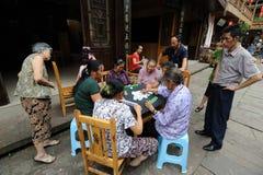 Det kinesiska folket leker mahjong Royaltyfria Bilder