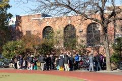 Det kinesiska folket som offentligt samlar, parkerar, NYC Arkivbilder