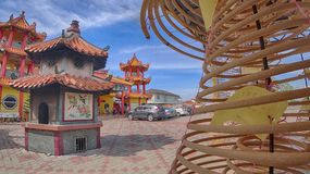 Det kinesiska malaysiska folket kommer till templet för hänseendebudhastatyn royaltyfri foto