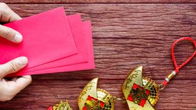 Det kinesiska nya året ger ett rött kuvert till barnen royaltyfri fotografi
