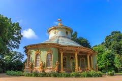 Det kinesiska tehuset i parkerahelheten av Sanssouci, Potsdam, Tyskland royaltyfria bilder