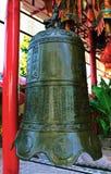 Sätta en klocka på i det kinesiska tempelet Arkivfoto