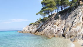 Det klara havet och vaggar, den Dukina stranden, Grekland royaltyfria bilder