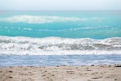 Det klara turkoshavet av Atlanticet Ocean som ?r p? vita v?gor Ovanf?r den ?r den bl?a himlen Det är i det karibiskt royaltyfria foton