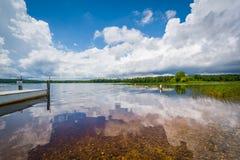 Det klara vattnet av Massabesic sjön, i kastanjebrunt, New Hampshire Royaltyfria Bilder