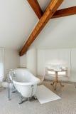 Det klassiska badrummet med vit badar royaltyfria bilder