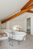Det klassiska badrummet med vit badar Arkivfoto