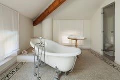 Det klassiska badrummet med vit badar Royaltyfri Bild