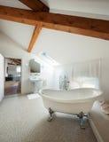 Det klassiska badrummet med vit badar Fotografering för Bildbyråer