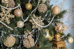 Det klassiska trädet för det nya året dekorerade, julbakgrund Arkivbilder