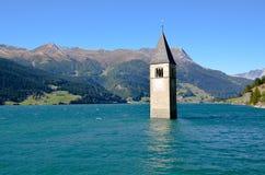 Det Klocka tornet av Curon, södra Tyrol (Italien) Arkivfoton
