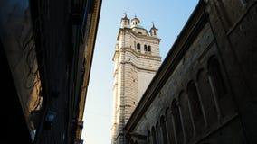 Det Klocka tornet av fasaden av domkyrkan av San Lorenzo, är det viktigaste katolska stället av dyrkan i staden av arkivbilder