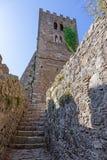 Det Klocka tornet fördärvar av den medeltida Nossa Senhora da Pena kyrkan Royaltyfri Fotografi