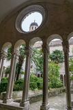 Det Klocka tornet som är synligt till och med fönstret Arkivbild