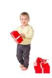 Det knubbiga lilla barnet behandla som ett barn med gåvor royaltyfri bild