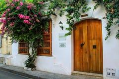 Det koloniala huset ornated vid en mer bougainvillier blomning, Cartagena, Colombia Arkivfoto