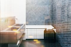 Det konkreta badrummet som beläggas med tegel badar och sjunker tonat Arkivfoto