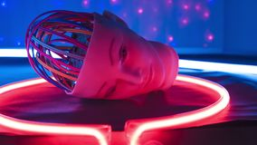 Det konstgjorda kvinnarobothuvudet, den cybernetic hjärnan binder stock video
