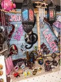 Det konstnärliga godset på försäljning på bönder marknadsför i Lancaster England i mitten av staden arkivfoton