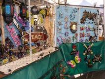 Det konstnärliga godset på försäljning på bönder marknadsför i Lancaster England i mitten av staden royaltyfri foto