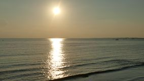 Det konturfolkfamiljen och husdjuret på stranden och havet sandpapprar guld- solnedgångbakgrund Arkivfoton
