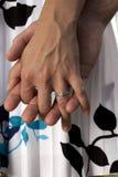 det kopplade in paret hands holdingen Arkivbilder