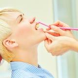Det korrekta bruket av en tandborste för perfekt muntligt Arkivbild