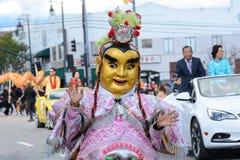 Det kostymerade teckenet på Los Angeles det kinesiska nya året ståtar arkivbild