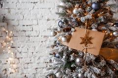 Det Kraft kuvertet ligger på filialerna av julgranen royaltyfria bilder