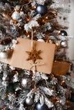 Det Kraft kuvertet ligger på filialerna av julgranen arkivfoton