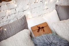 Det Kraft kuvertet ligger på sängen mot julgranen royaltyfri foto