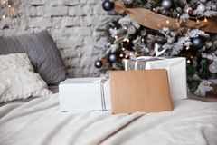 Det Kraft kuvertet ligger på sängen mot julgranen royaltyfria bilder