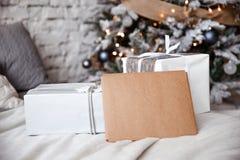 Det Kraft kuvertet ligger på sängen mot julgranen royaltyfri bild