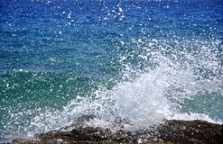 Det kraftiga havet vinkar krossa en stenig kust Arkivfoton
