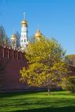Det Kreml- och Klocka tornet av Ivan det stort i Moskva Arkivbild