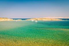 Det kristallklara havet som omger ön av Rab, Kroatien royaltyfri fotografi
