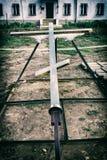 Det kristna korset ligger på jordningen Fotografering för Bildbyråer