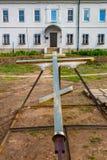 Det kristna korset ligger på jordningen Arkivfoto