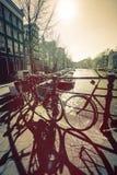 Det kulöra fotoet med Amsterdam cyklar Royaltyfri Bild