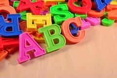 Det kulöra plast- alfabetet märker abc:et Arkivfoto