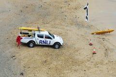 Det kungliga nationella livräddningsbåtinstitutmedlet på surfare sätter på land Royaltyfri Fotografi