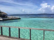 Det Kurumba hotellet i Maldiverna öar, med är klart vatten Fotografering för Bildbyråer