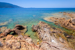 Det kust- landskapet med vaggar och havet, Korsika Royaltyfri Fotografi