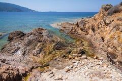 Det kust- landskapet med vaggar och havsvatten Royaltyfri Bild