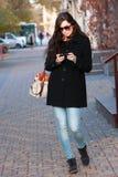 Det kvinna på gatan med telefonen Royaltyfri Fotografi
