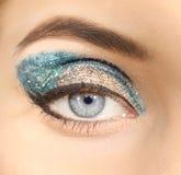 Det kvinnliga ögat med infall blänker makeupcloseupen Royaltyfri Foto