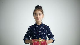 Det kvinnliga barnet mottar en glad gåva som förvånas och stock video
