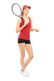 Det kvinnliga tennisspelareinnehav ett racket och klumpa ihop sig Royaltyfri Bild