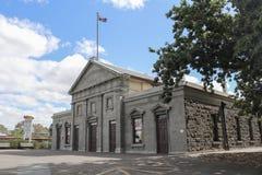 Det Kyneton mekanikerinstitutet 1858 brändes ned och de närvarande bluestonebyggnadsdata främst från 1877 Royaltyfria Foton